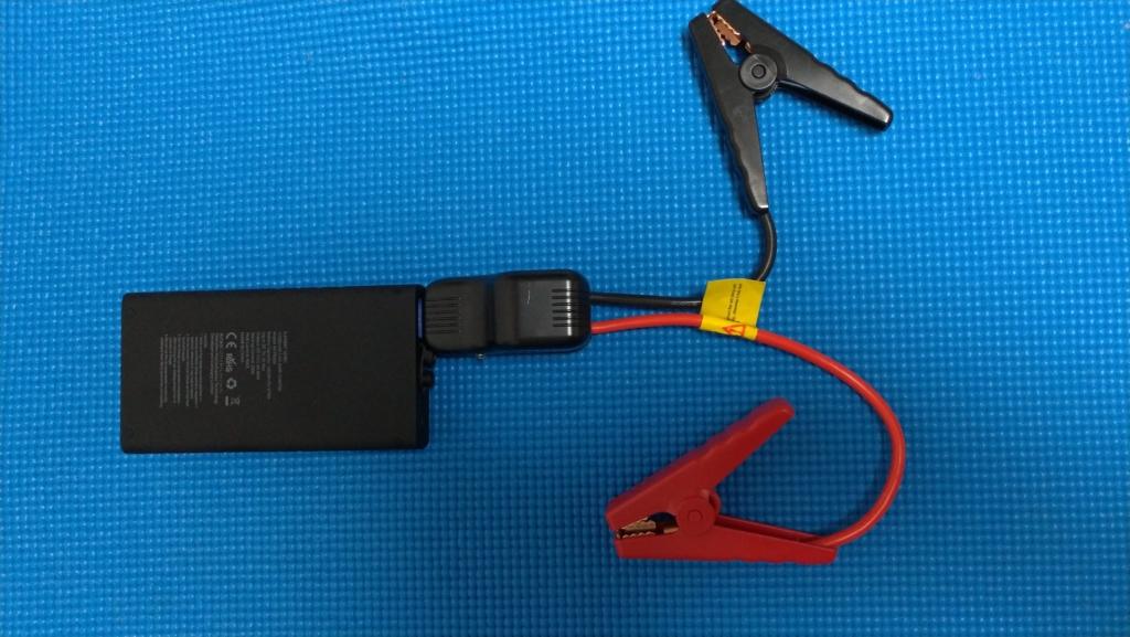 ブースターケーブルを挿した状態のモバイルバッテリー
